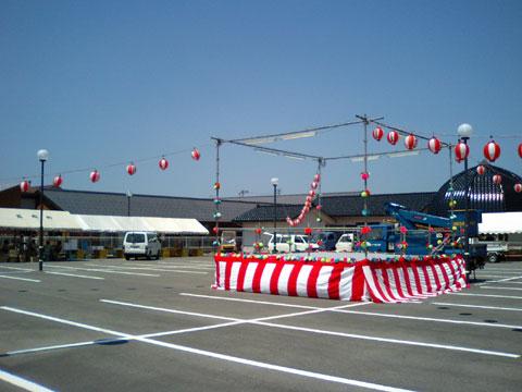 盆踊り大会の会場の設営準備