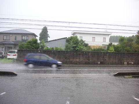 雨の中走行する車