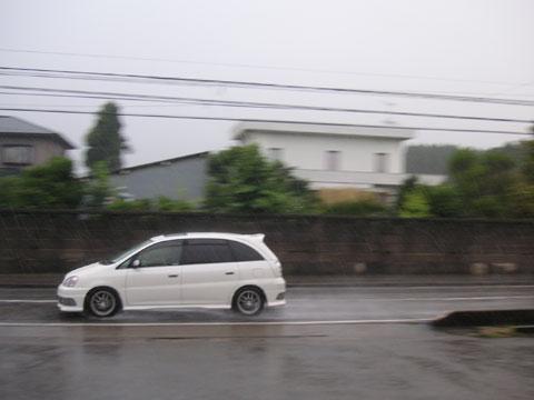 雨中の走行車を流し撮りしてみました