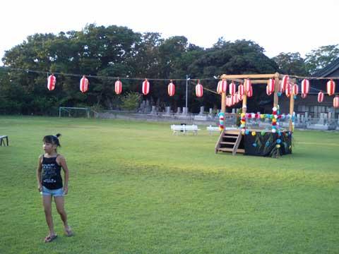 始まりを待つ盆踊り大会の会場