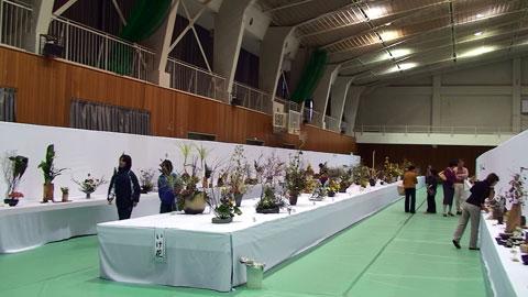 写真は会場内の生け花のコーナー