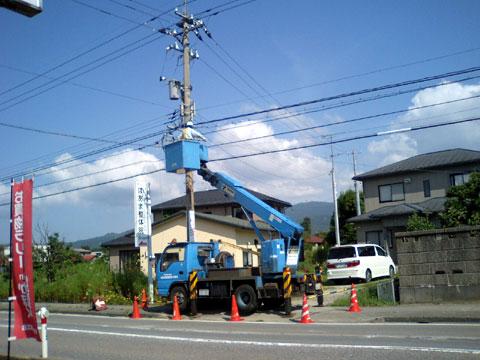 当店前でケーブル敷設中の作業車です