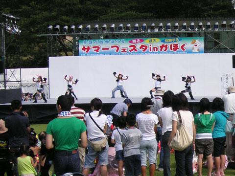ステージ上でダンスをしている参加者