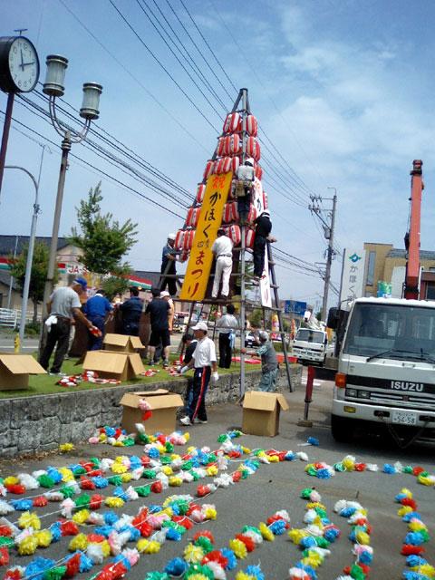 ぼんぼり塔…市役所入口に建ててあります。