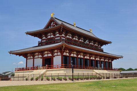 青空に威容を誇る平城宮跡のメイン大極殿