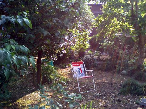 風通しの良い木陰に置いた簡易式の折畳み椅子