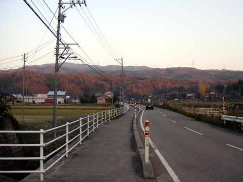 かほく市瀬戸町と八野地区の間を結ぶ道路からの宝達山方面の写真です