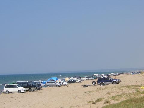 狭くなった海岸、連なる車