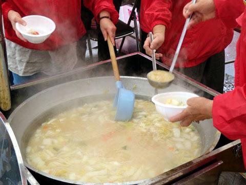 大鍋で調理の『カニ汁』