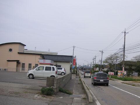 当店前の国道です。 下り方面(能登方面)への車が多いです。