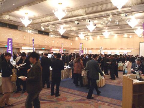 金沢国税局主催の北陸3県の酒造場の新酒きき酒会の会場内風景