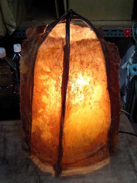 こちらも柿渋を塗った和紙で作られている行灯(ランプ)です