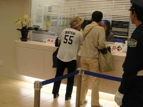ヤンキースユニフォームを着用しての熱狂的な来場客