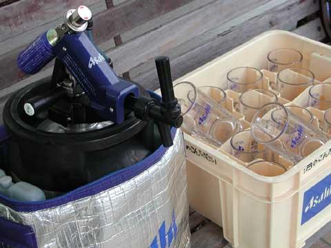 配達から回収してきた生ビールとジョッキ