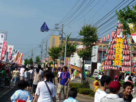 夏まつり会場メインステージ前の歩行者天国区間<br />