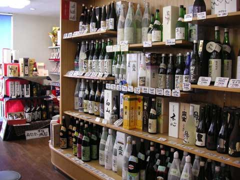 店内は日本酒をはじめ、瓶詰めの商品ばかりです。