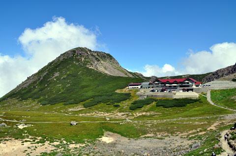 緑に映える赤い屋根の乗鞍畳平バスターミナル