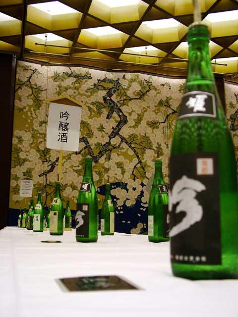 整然と並んだ、菊姫さん自慢の吟醸酒です。手前は、1升で3万円の黒吟です。