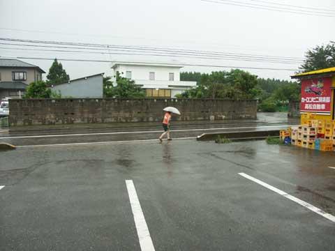 当店駐車場、ちょっと大きな雨が降ると歩道が水浸しになってしまいます
