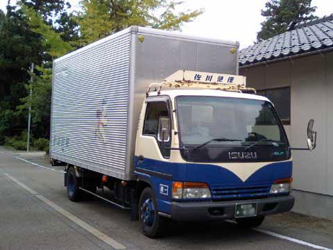 配送中の佐川急便の営業車