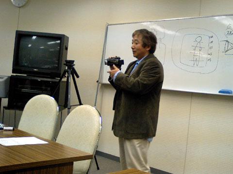 ビデオカメラを手にし、熱く語る講師の先生