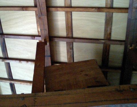 天井と支柱が離れています。