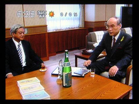 話をする、谷本知事(右側)と菊姫・柳社長(左側)中央にあるのは鶴乃里です
