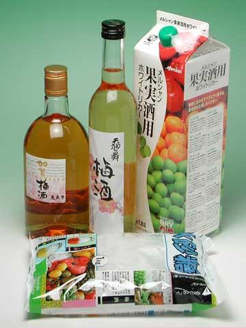 梅酒用ホワイトリカーと氷砂糖です。 一緒に写したのは人気の酒蔵製の梅酒です