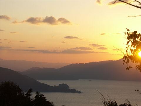 レインボーラインからの帰路、夕日が若狭湾を染めていました。